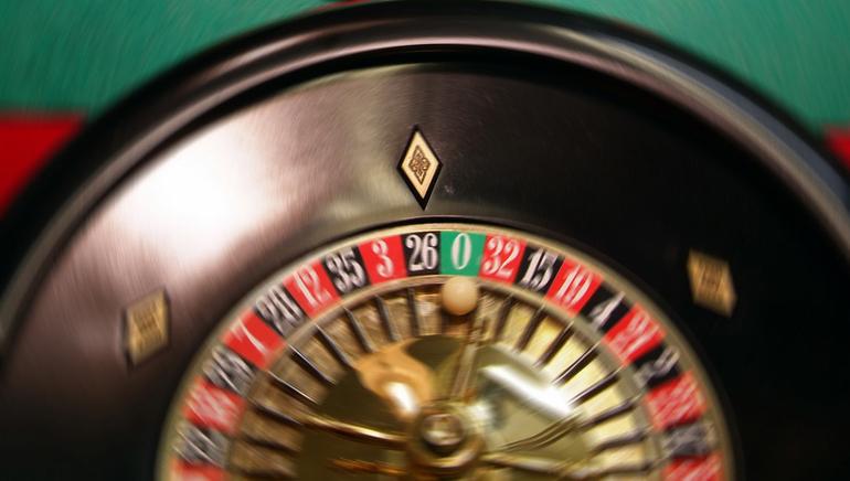 استمتع بتجربة مثيرة لألعاب موزعي الأوراق المباشرة في كازينو رويال فيجاس Royal Vegas Casino