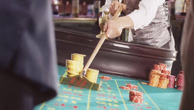 طاولات حية لموزعي ورق اللعب لدى الكازينوهات المباشرة